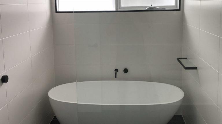 bathroom-with-black-accents-btub-1-1024x575